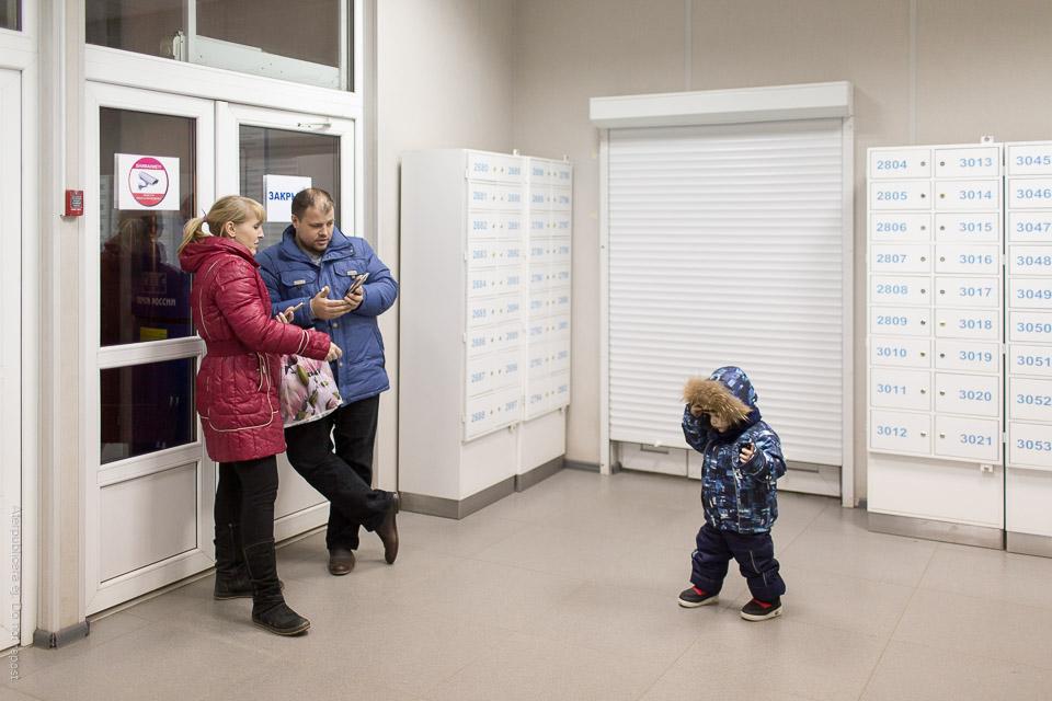 Personer vid postboxar