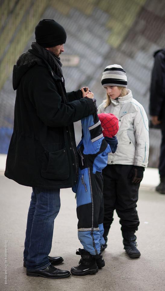 Man och barn med olikfärgade mössor