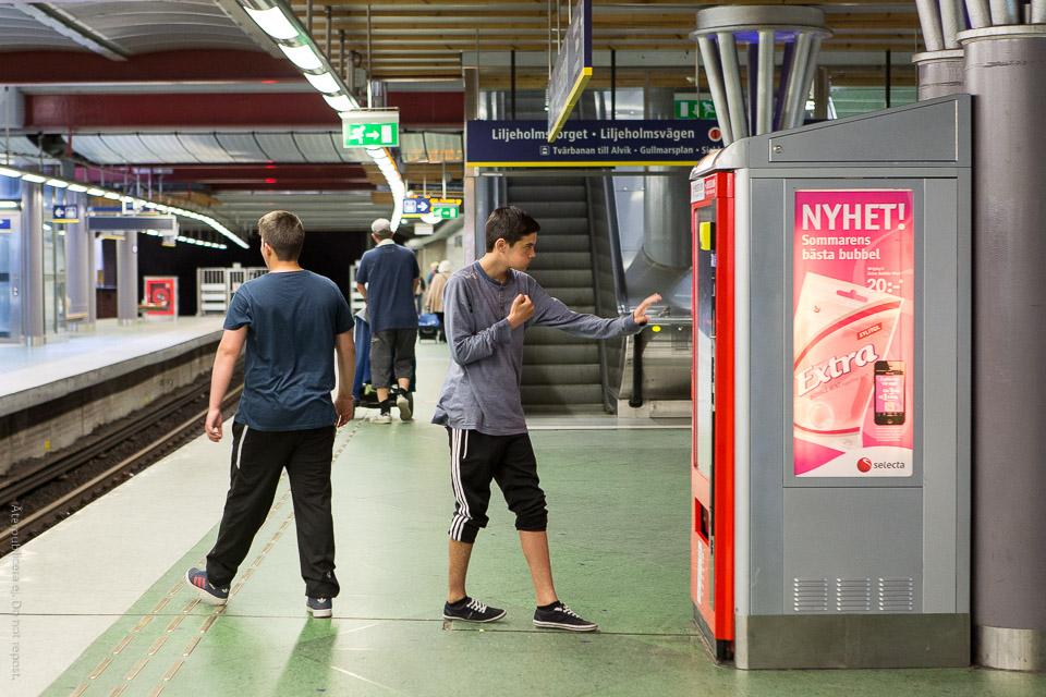 Kille vid varuautomat