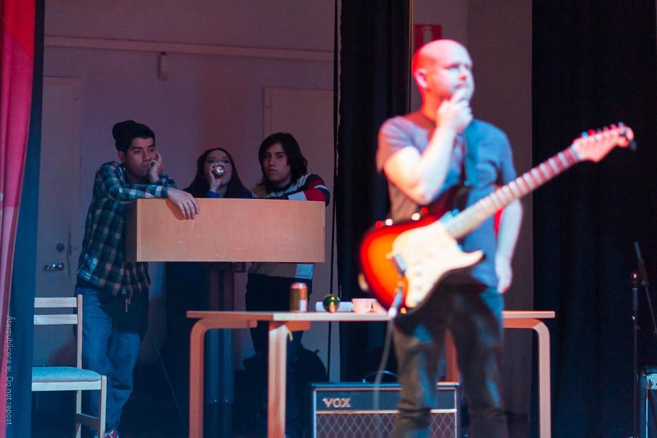 Personer vid sidan av scenen