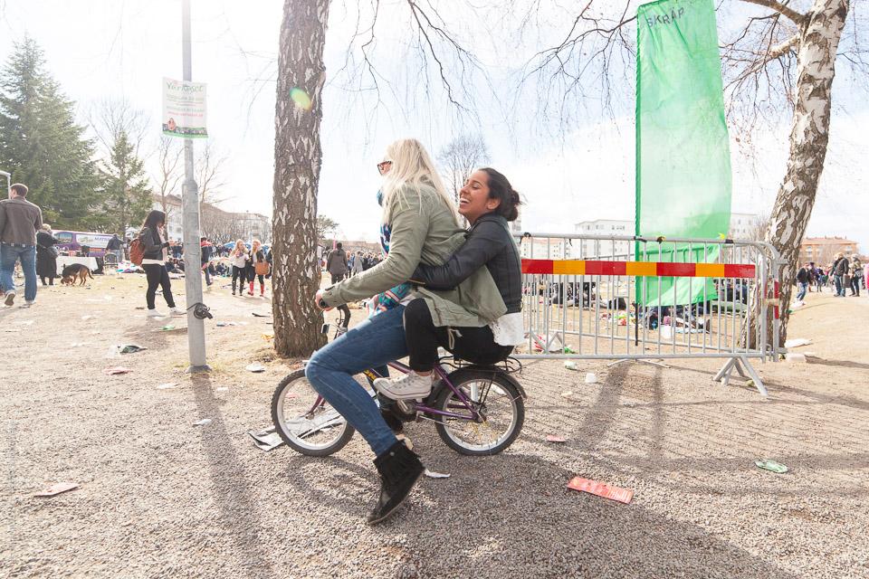 Tjejer på barncykel