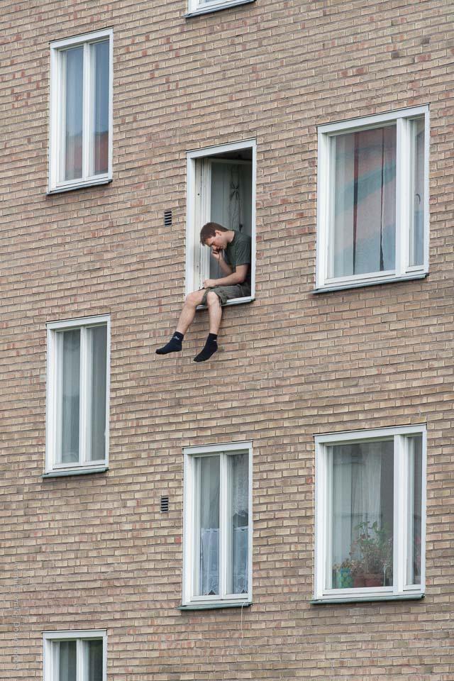 Man i fönster