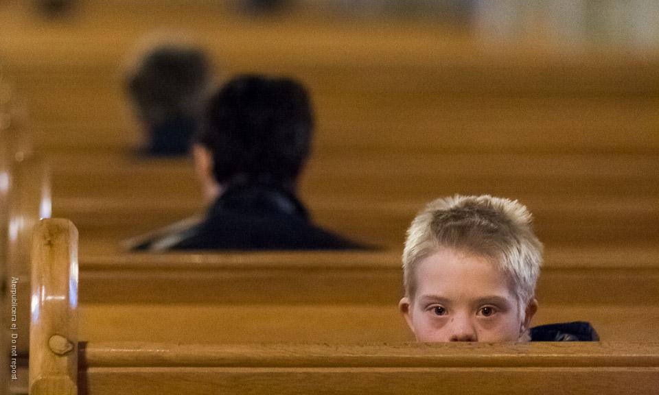 Pojke i kyrkbänk