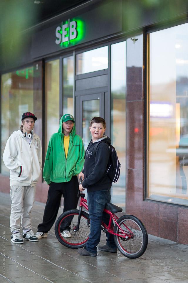 Ungdomar vid bankkontor