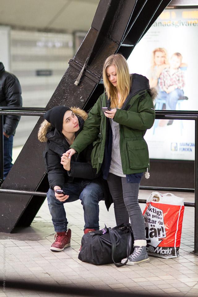 Ungt par med mobiltelefoner