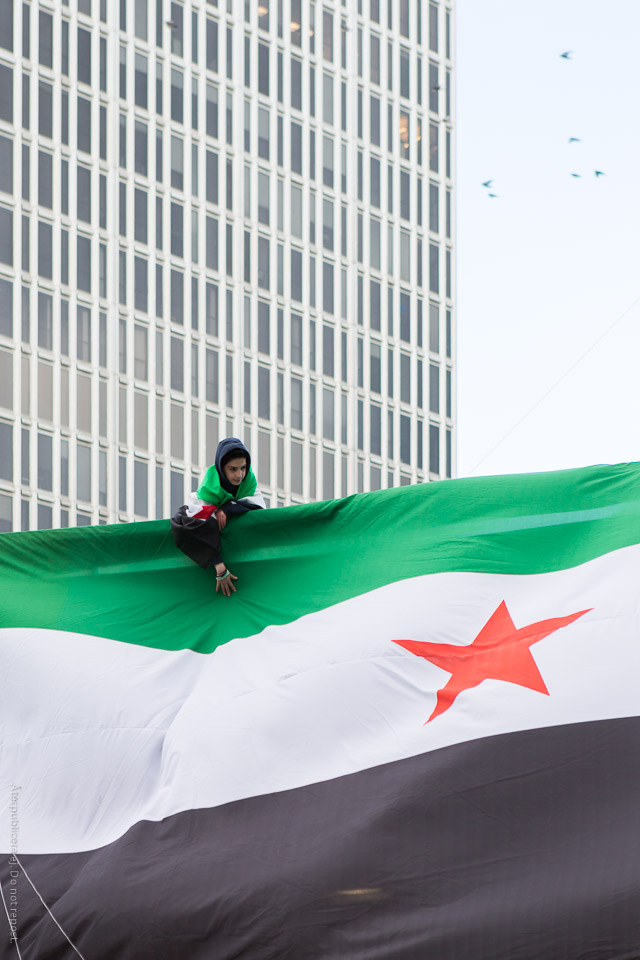 Barn vid syrisk flagga