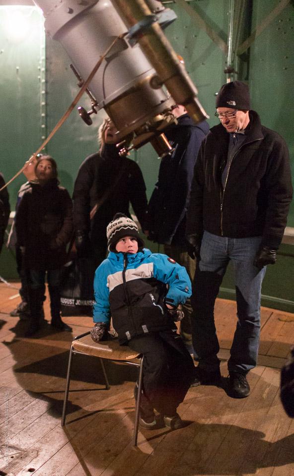 Pojke vid teleskop