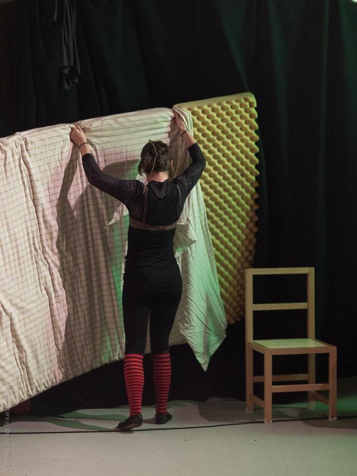 Kvinna med madrass