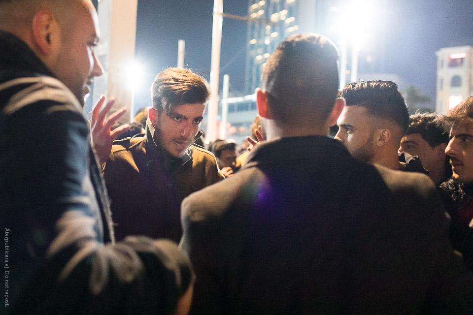 Unga män i diskussion