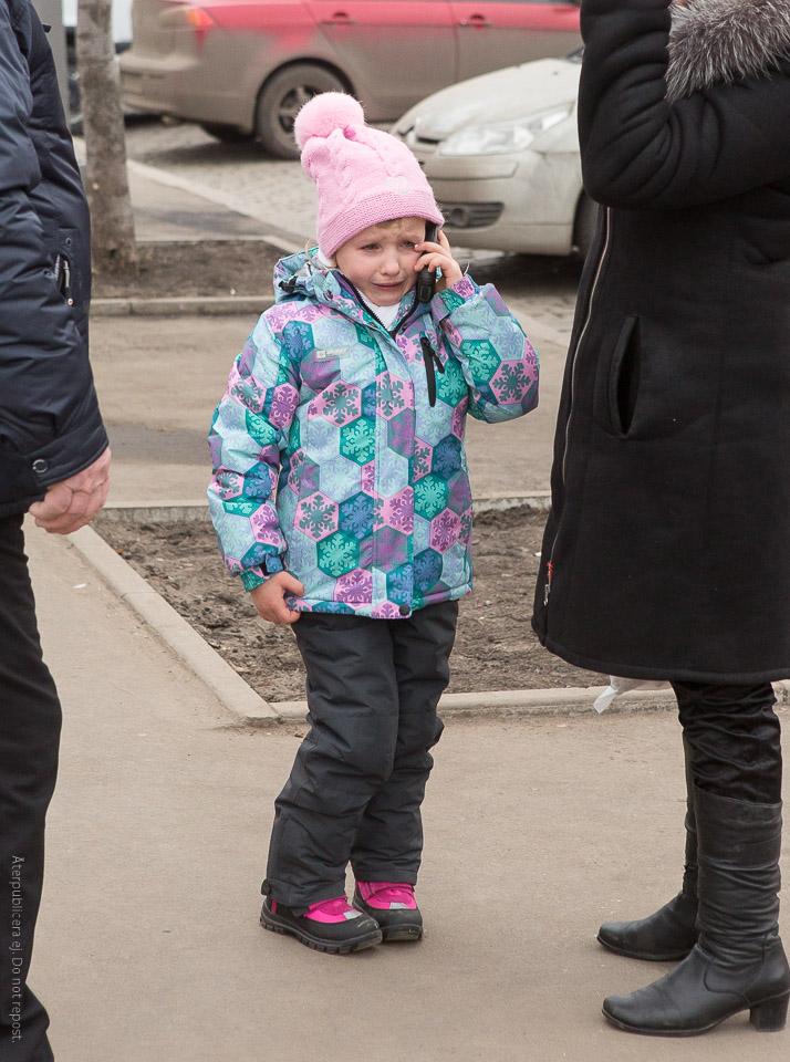 Gråtande barn med mobiltelefon