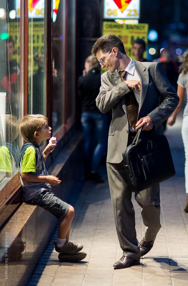 Man i kostym och pojke med glass
