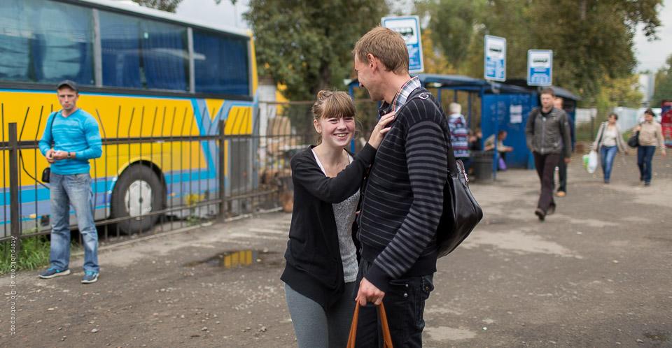 Skrattande tjej vid busshållplats