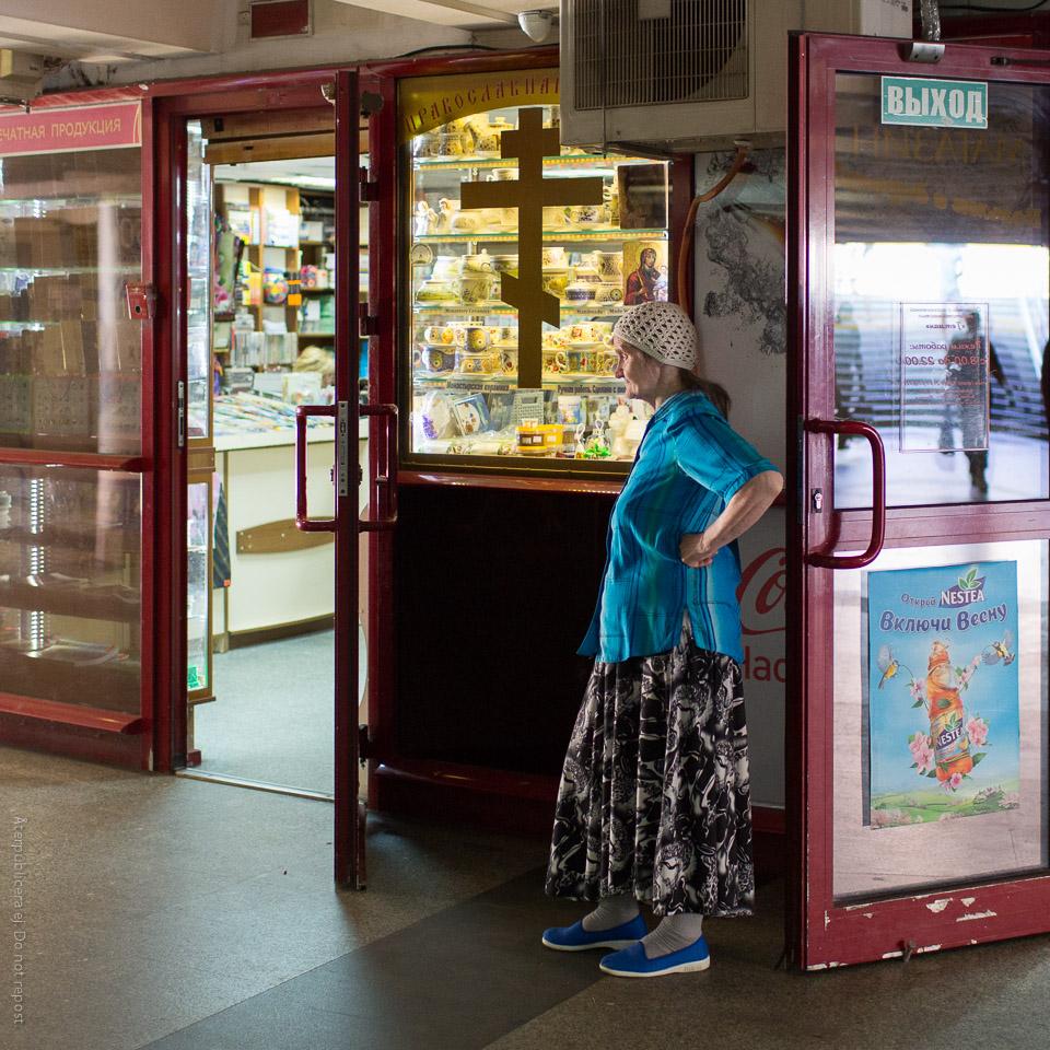 Kvinna vid religiös souvenirbutik