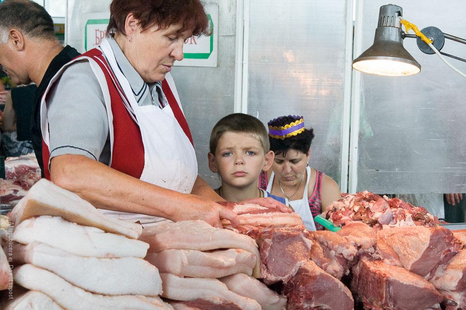 Pojke vid köttdisk