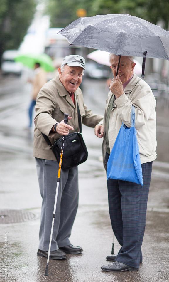 Muntra män med paraply