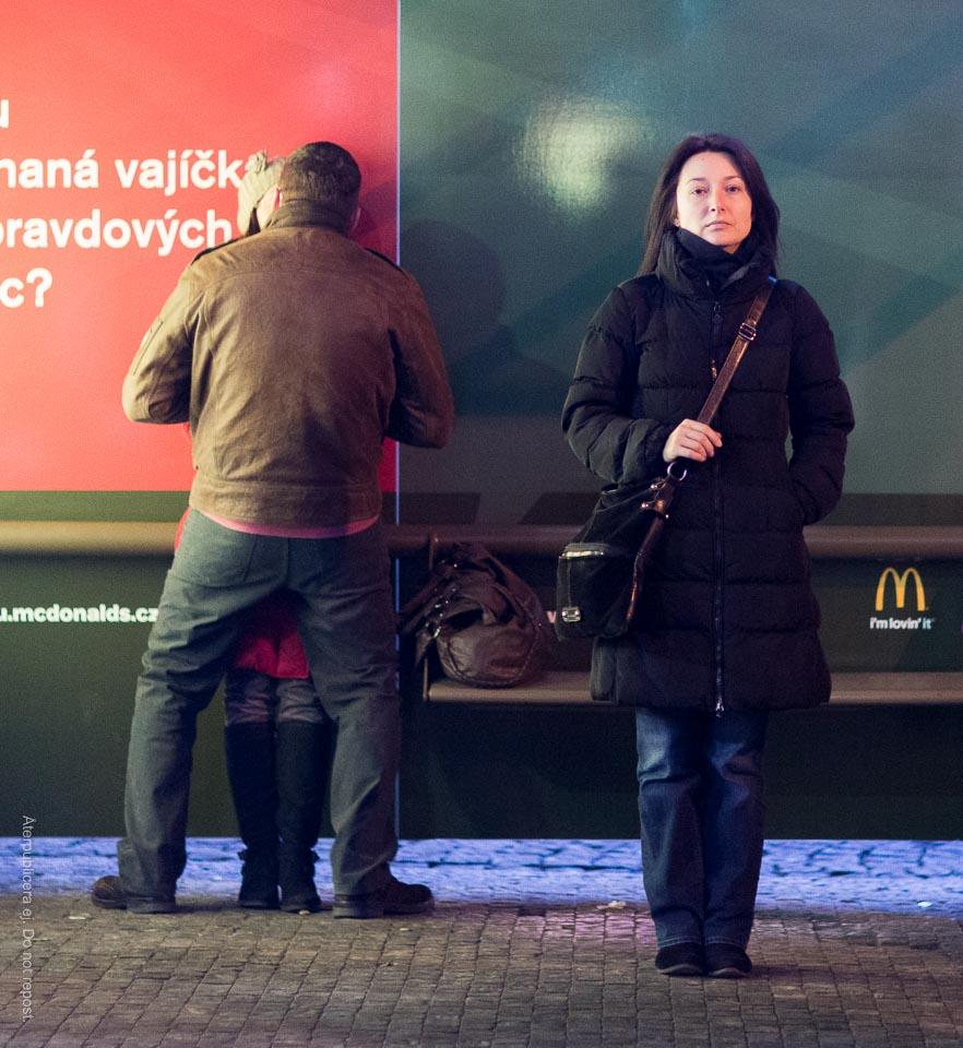 Par på busshållplats