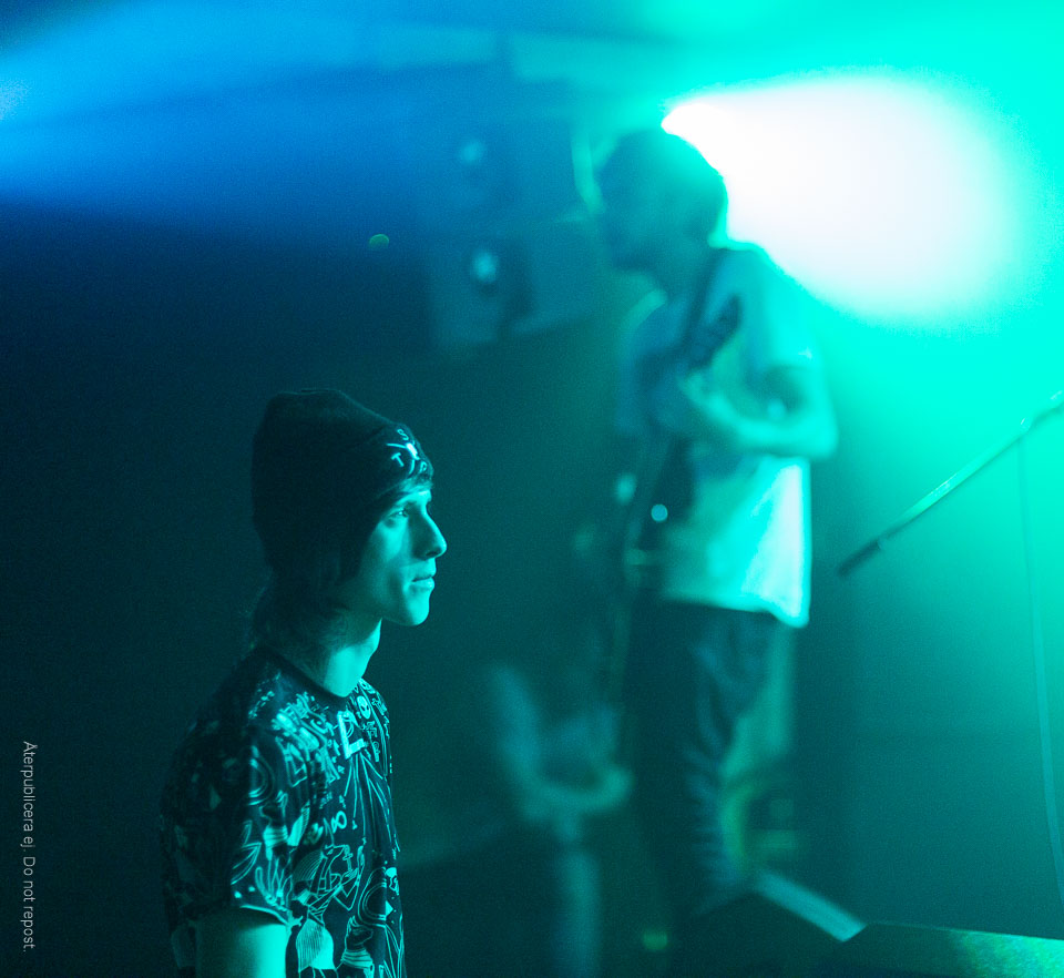 Man i blågrönt ljus