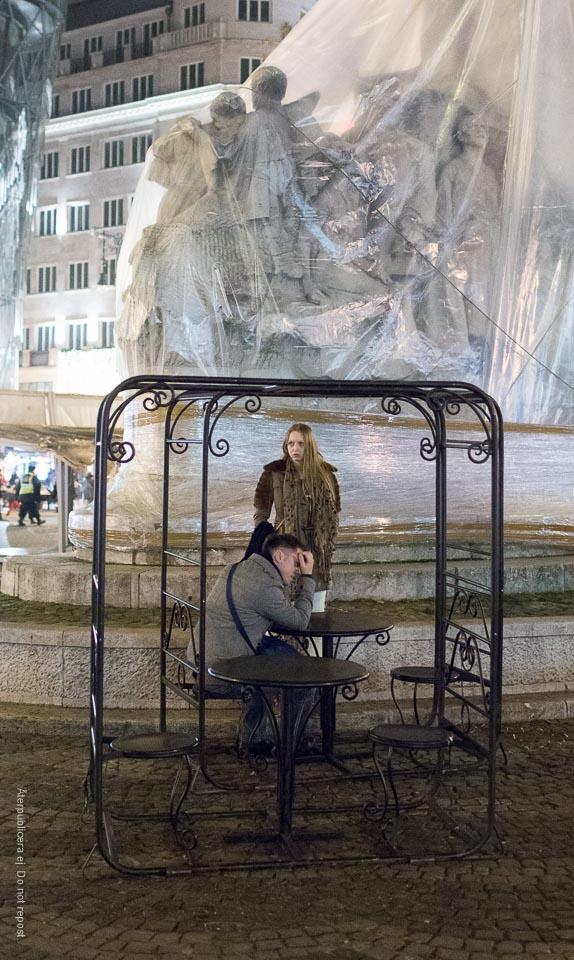 Par vid inplastad skulptur