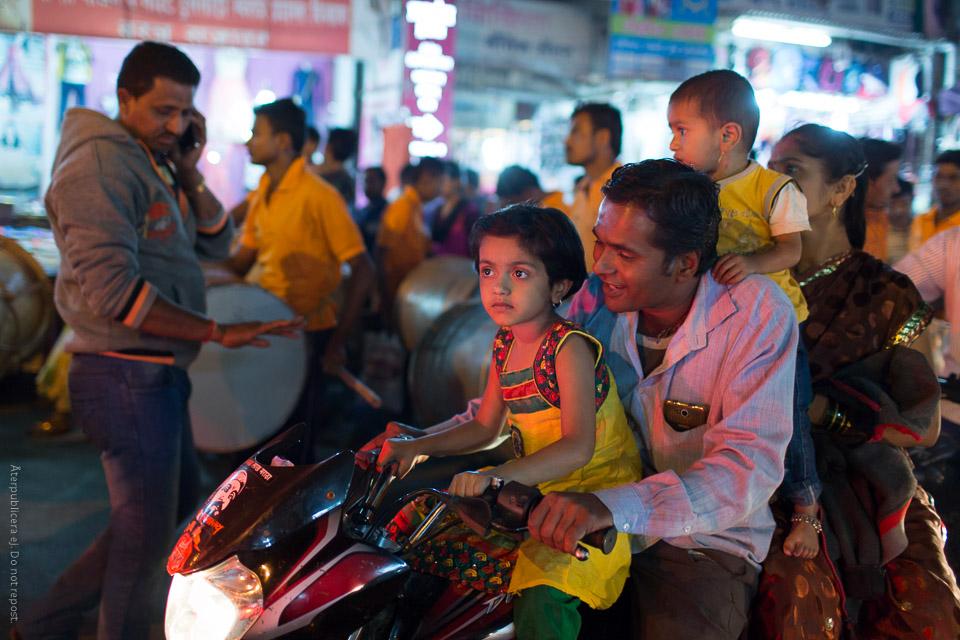 Familj på moped