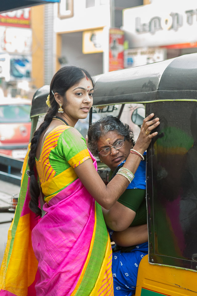 Kvinnor vid taximoped
