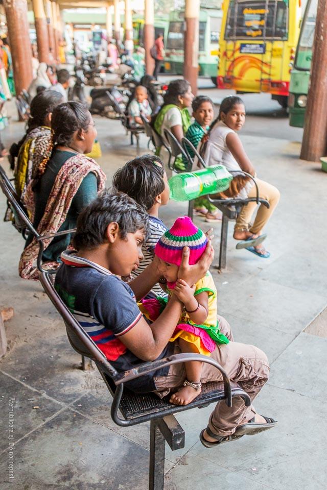 Barn på busshållplats