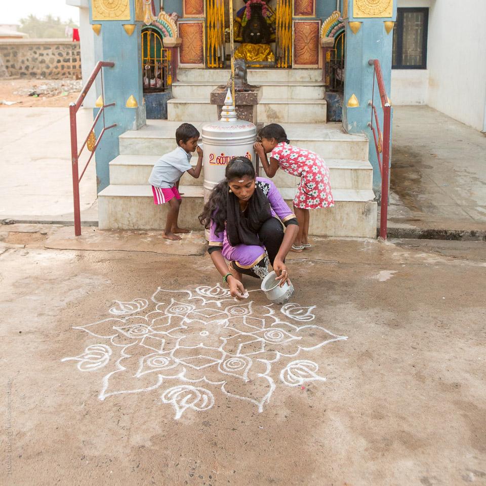 Kvinna och barn framför tempel