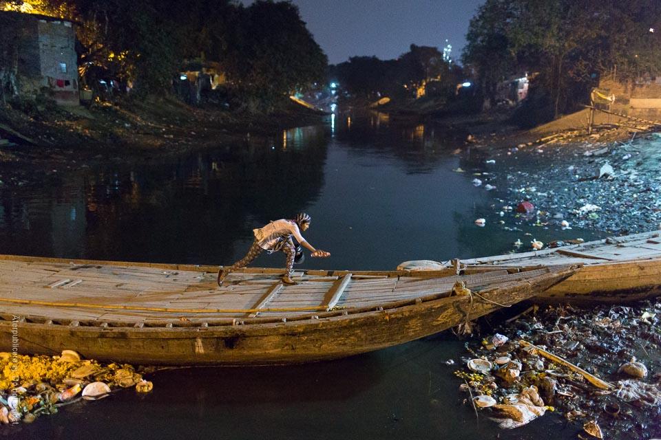 Snubblande tjej på båt