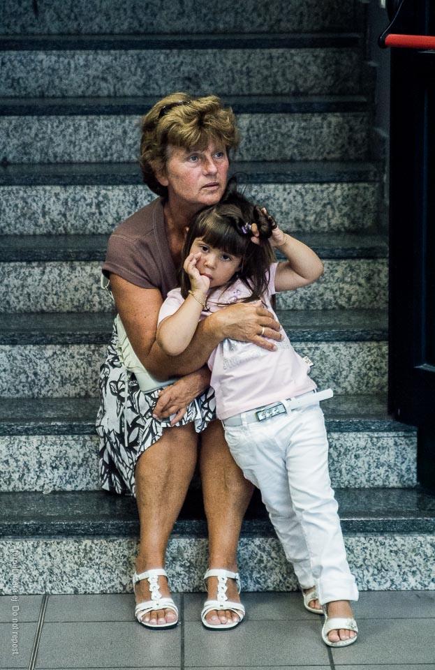 Kvinna och barn på trappa