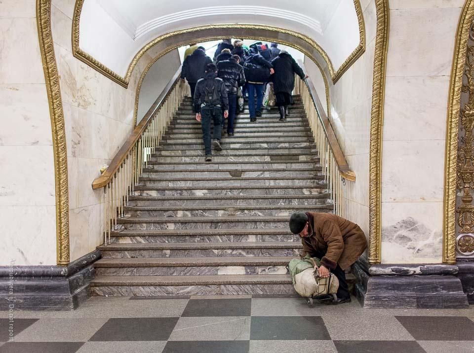 Man med kärra vid trappa
