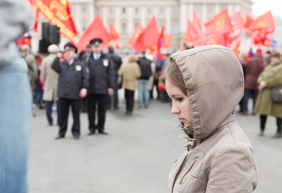 Kvinna vid förstamajdemonstration