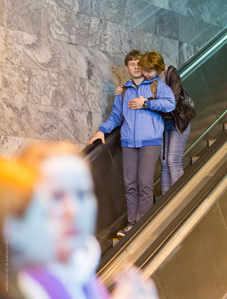 Par i rulltrappa IV