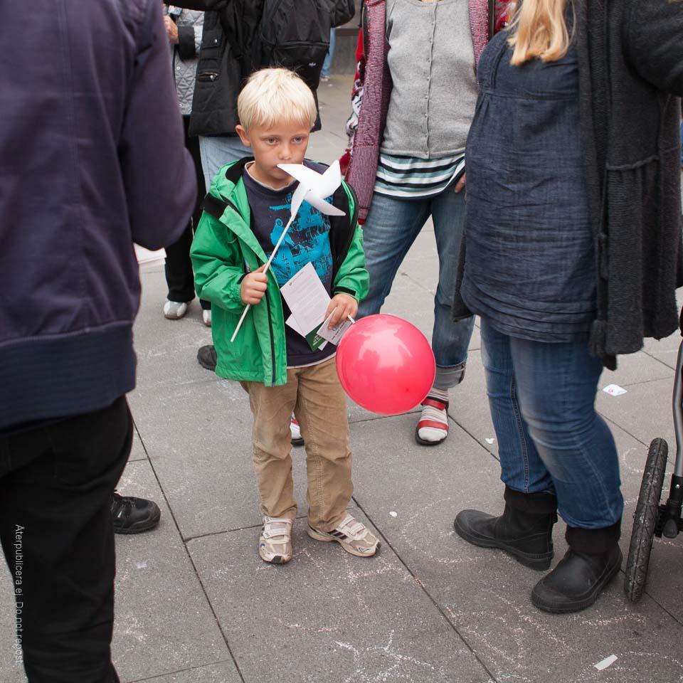 Pojke med vindsnurra och ballong