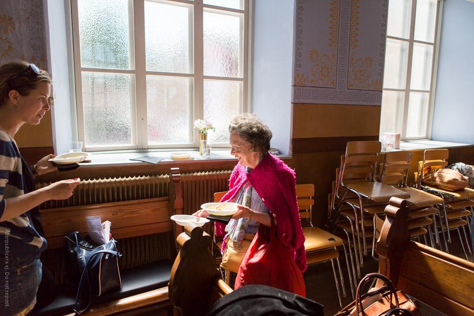Kvinna med papperstallrikar