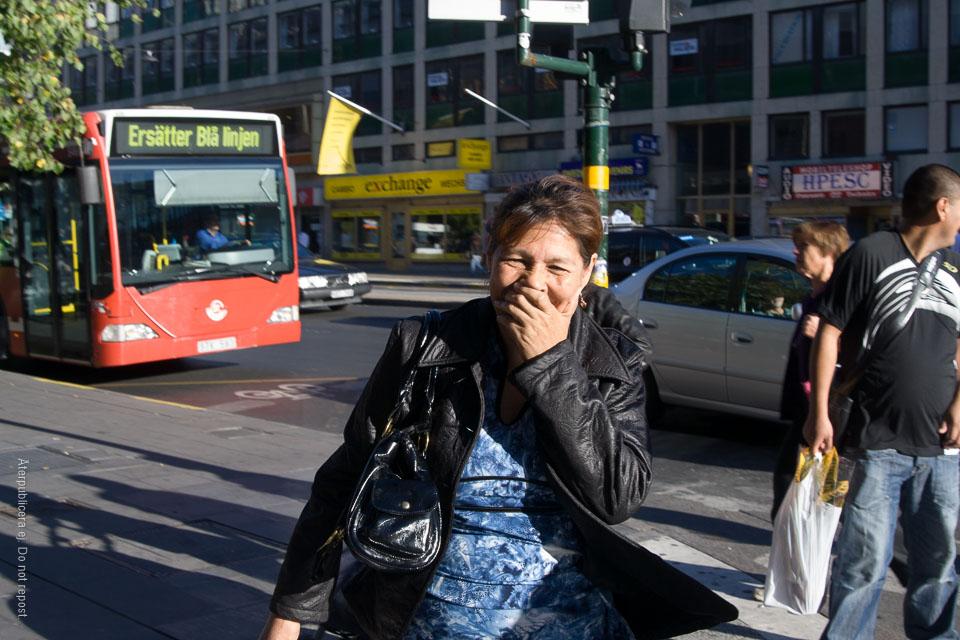 Kvinna framför ersättningsbuss