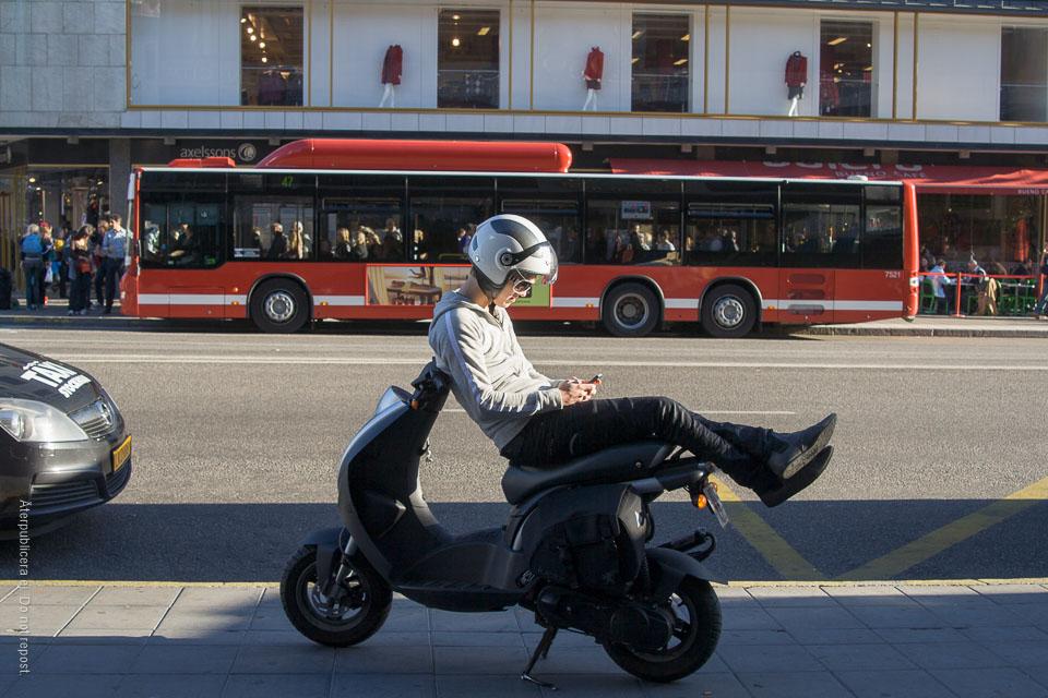 Mopedist och buss