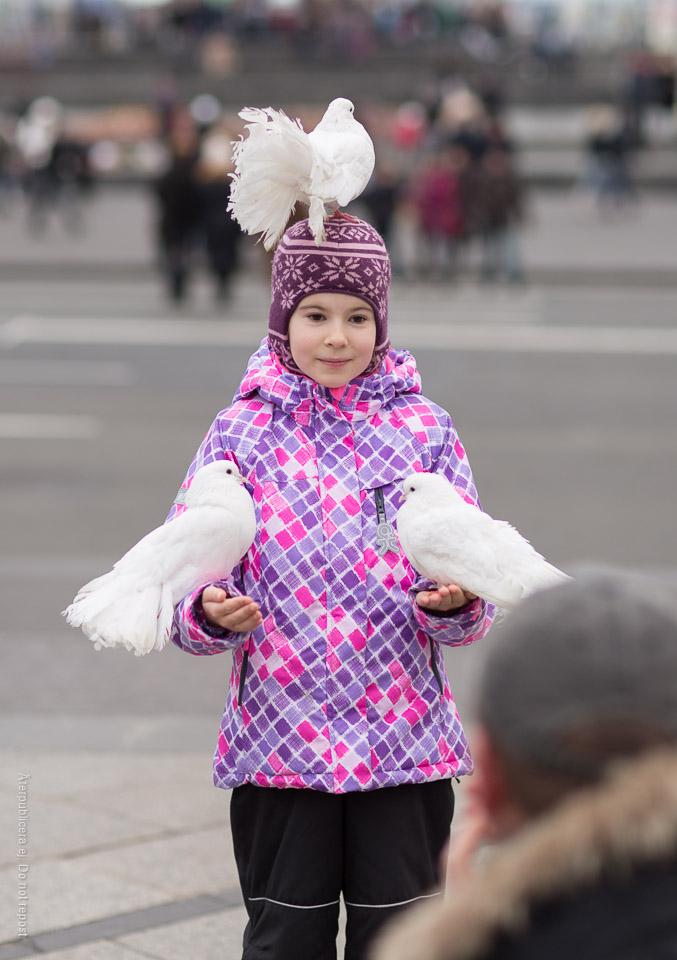 Flicka med vita duvor