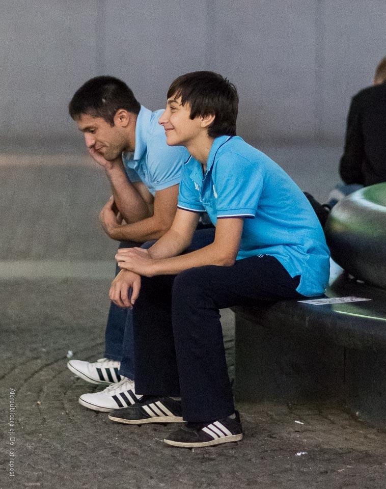 Glad pojke på bänk