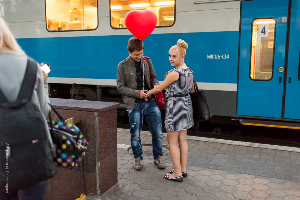 Ungt par med ballong
