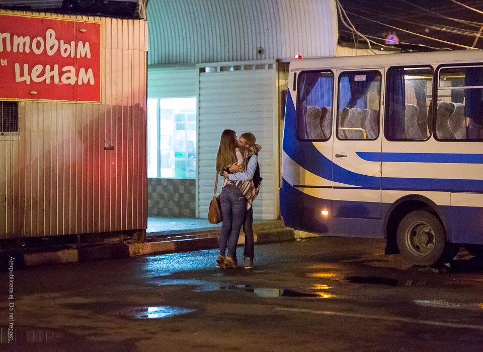 Par på busstation II