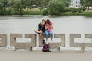 Ungdomar vid flod