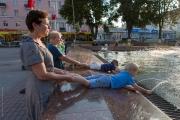 Kvinnor och barn vid fontän