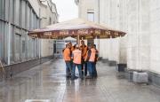 Män under parasoll