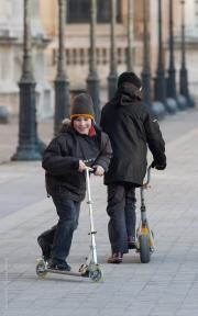 Pojkar på sparkcyklar