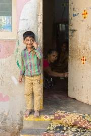 Pojke vid dörröppning