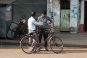 Män vid cykel