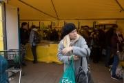 Kvinna framför butikstält