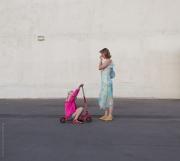 Kvinna och barn med sparkcykel