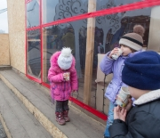 Barn med pappersmuggar