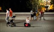 Kvinna på leksaksbil